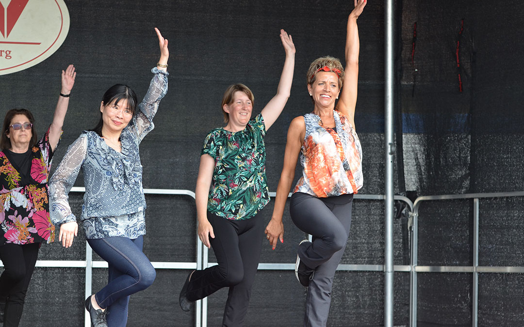 Frauen bei der Aufführung einer Choreografie vom Jazztanz