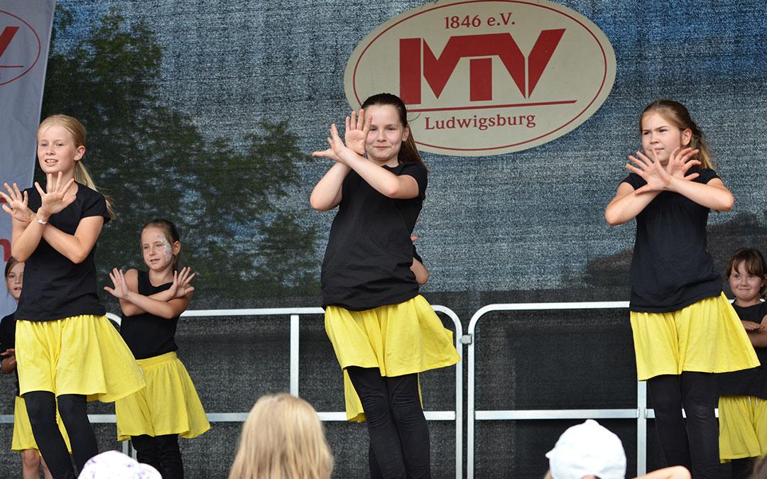 Gruppe Kinder bei der Aufführung einer Choreografie vom Jazztanz