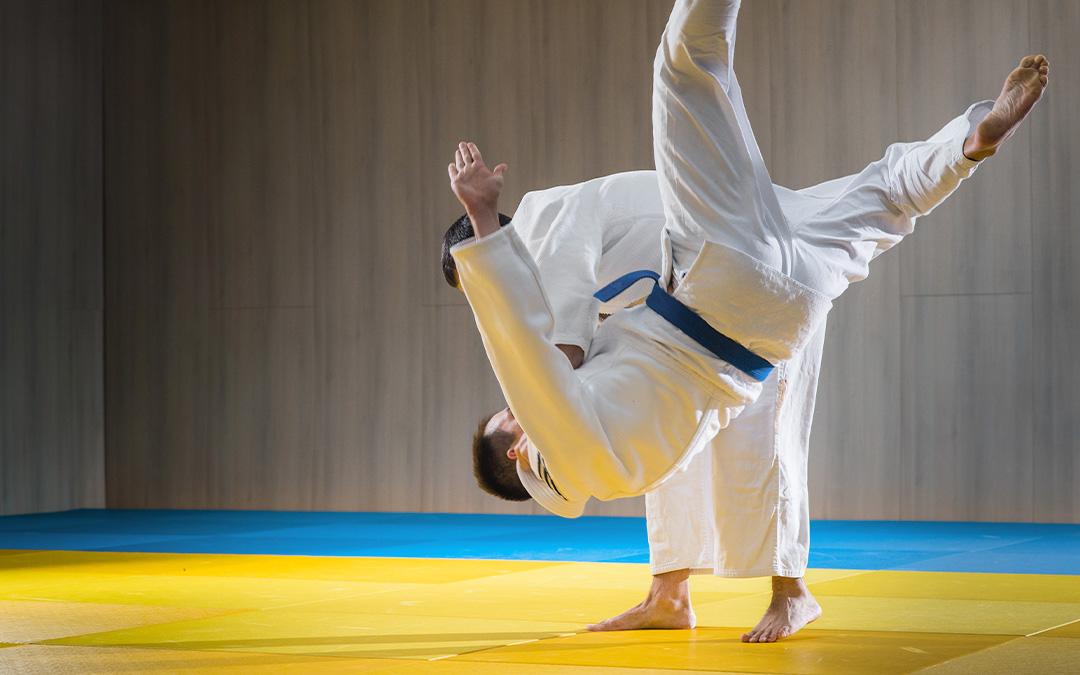 Zwei Judoka beim einer Wurftechnik
