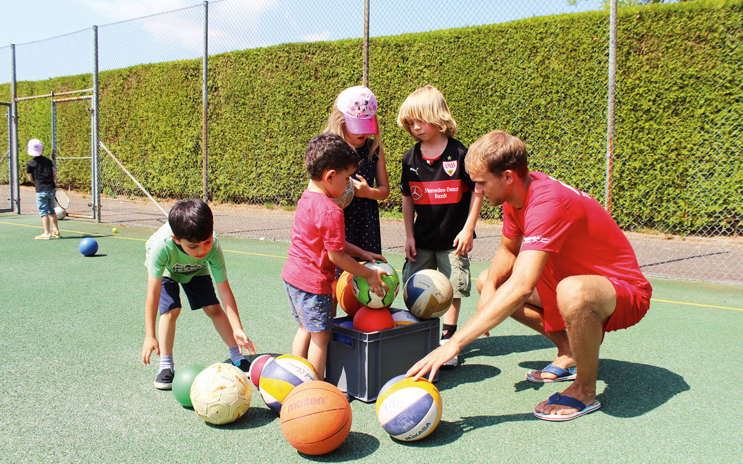 Gruppe an Kindern die Bälle in den Händen halten