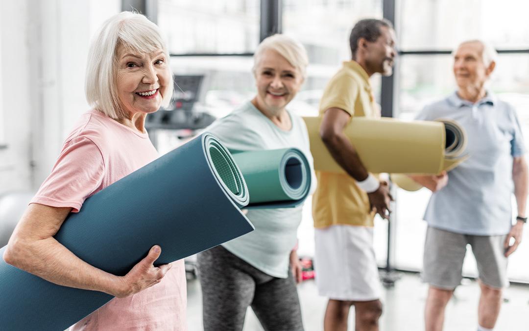 Gruppe Gruppe Senioren mit ihrer Sportmatte unter dem Arm