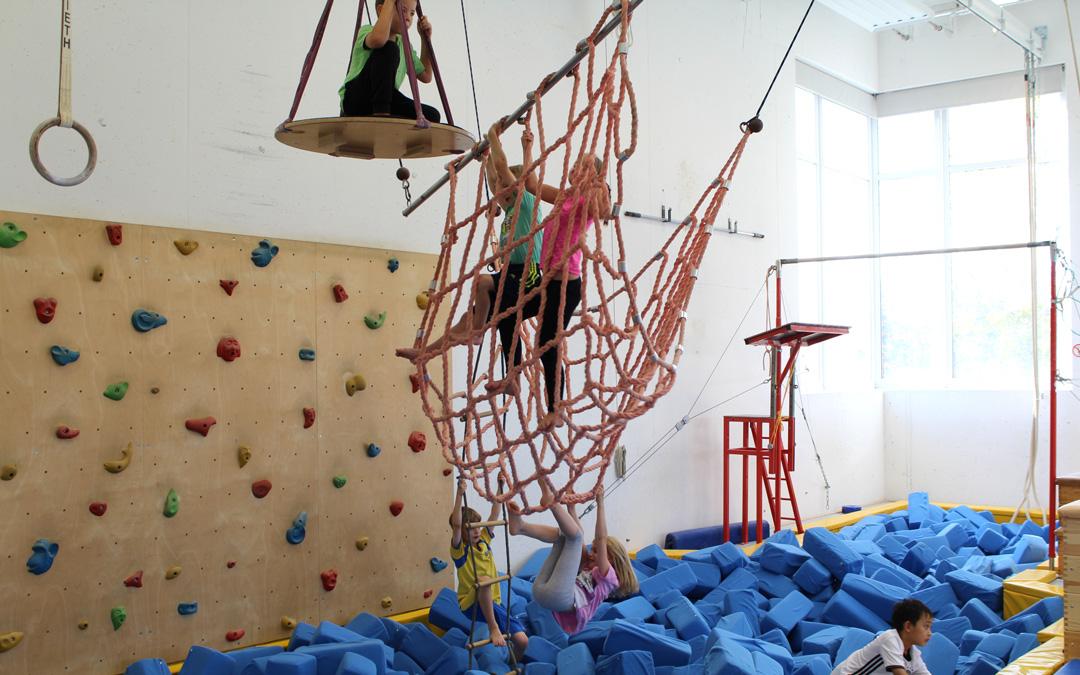 Gruppe Kinder beim Klettern in einem Netz