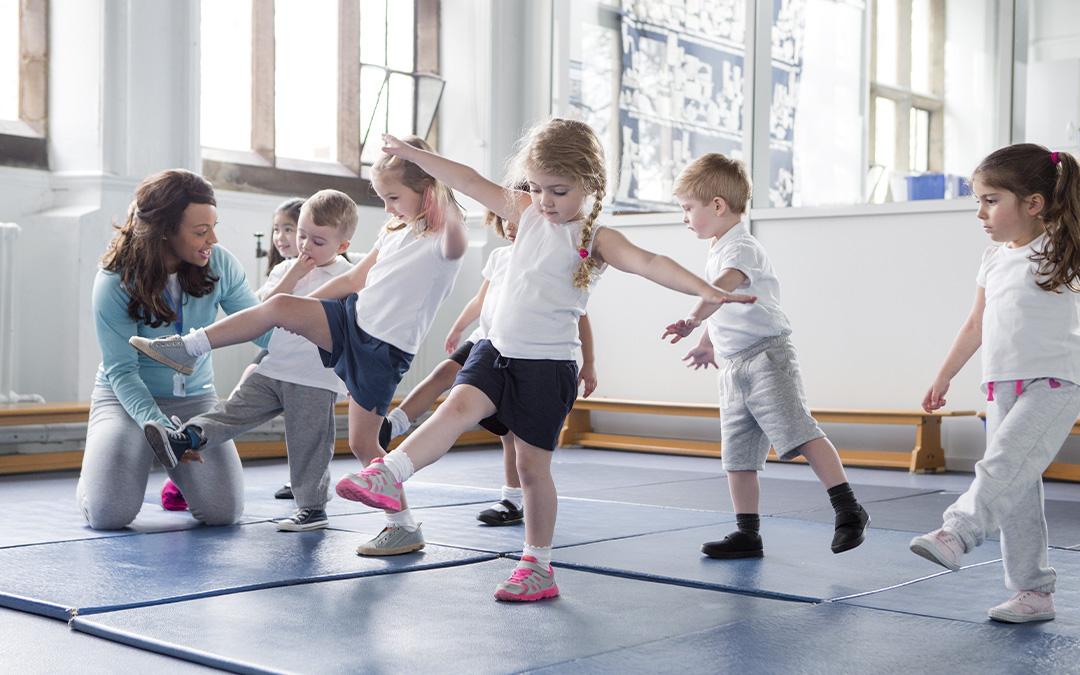 Gruppe Kinder beim Sport in der Turnhalle