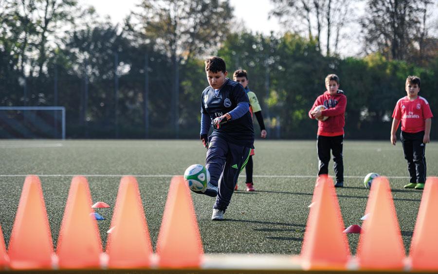 Kinder beim Fussball spielen in der Fussball Akademie